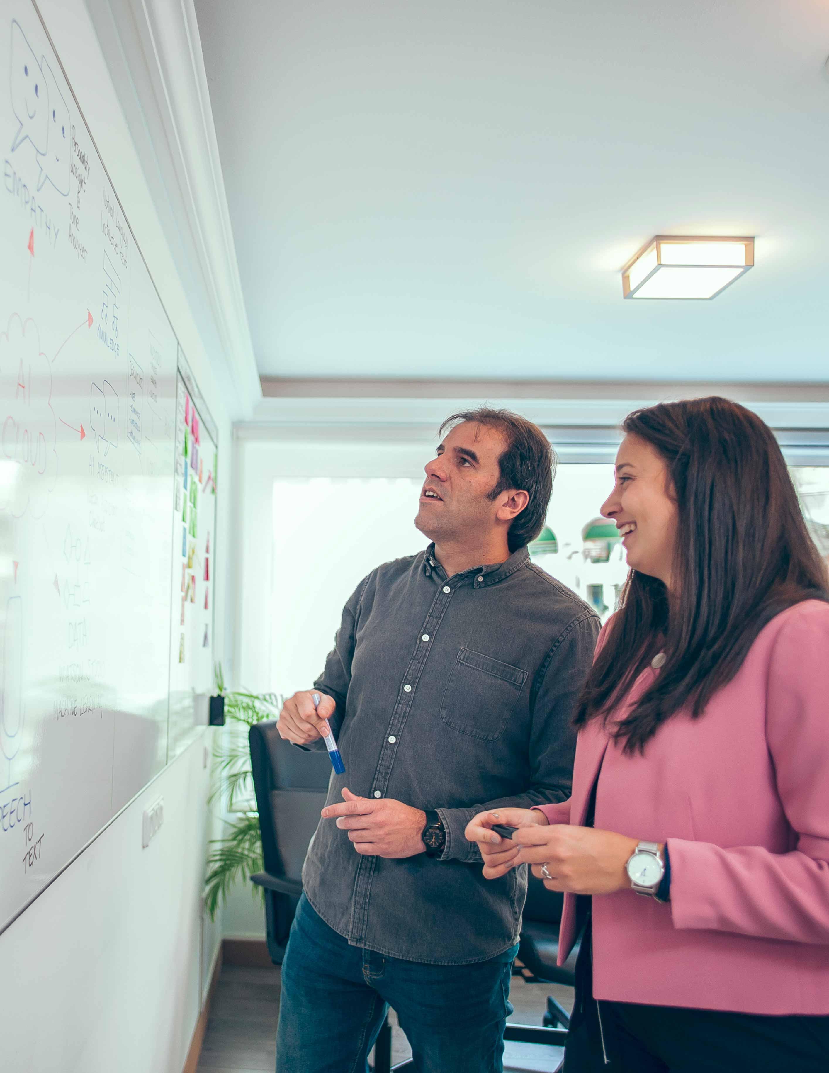 Equipo Ivory en whiteboard hablando sobre Inteligencia Artificial
