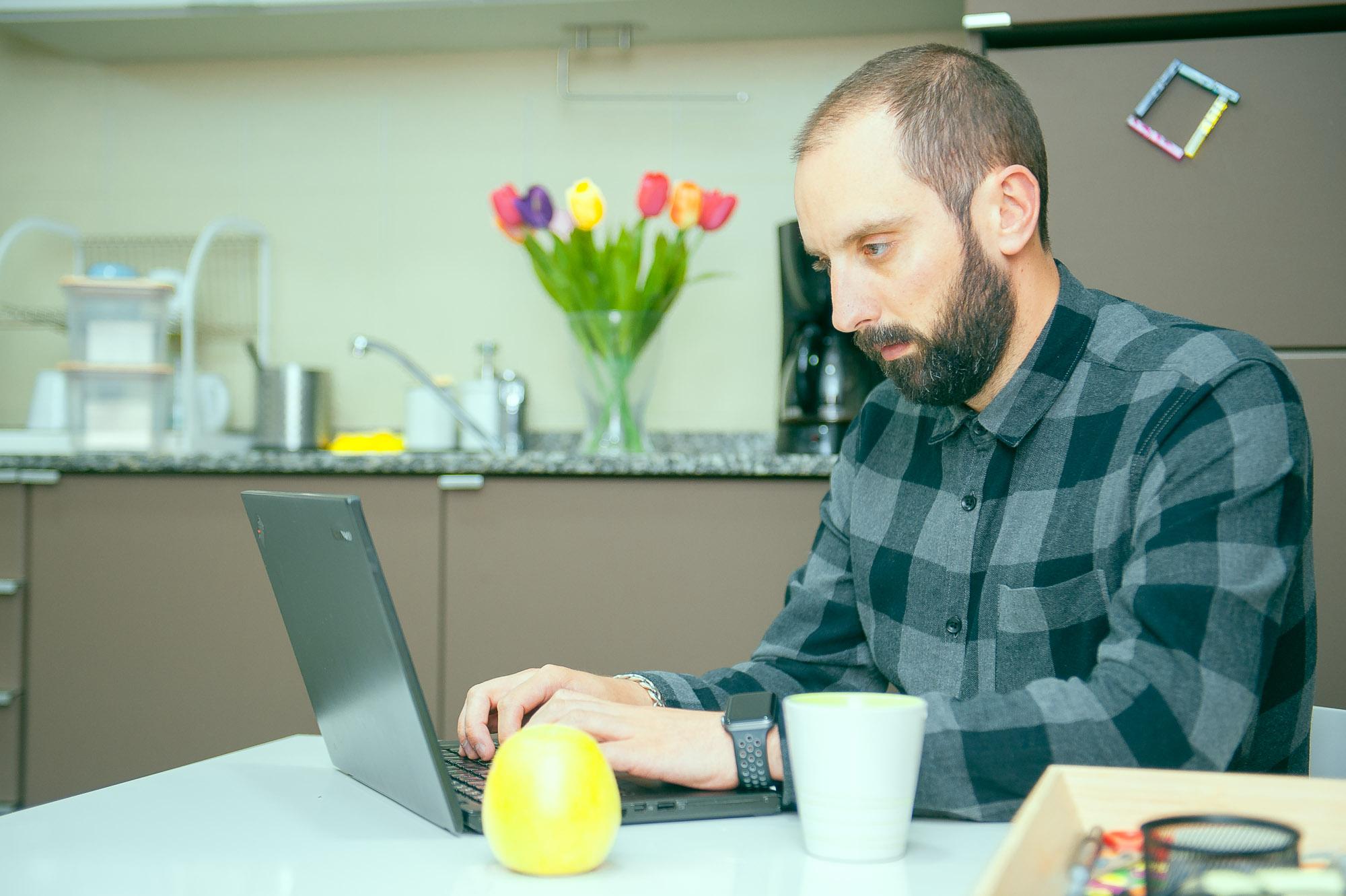Sesión de trabajo en Ivory de Carlos con el portátil para el desarrollo web